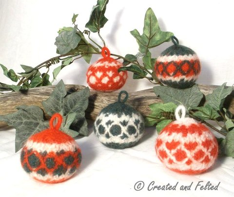 Felt_christmas_baubles_pattern__1_.jpg